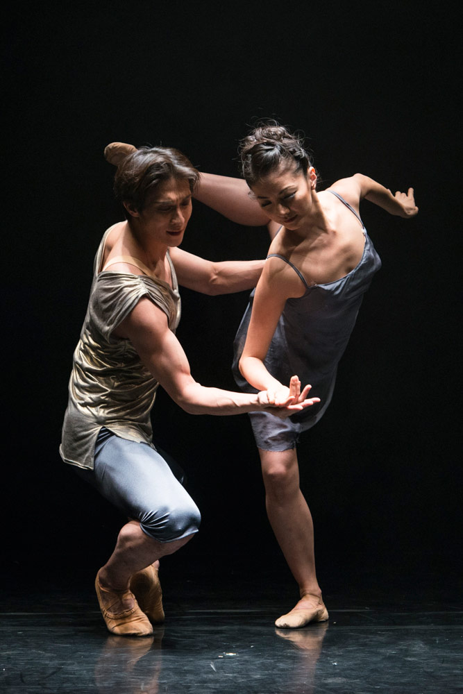 Yuhui Choe and Kenta Kura in Mayuri Boonham's <I>The Human Edge</I>.<br />© Foteini Christofilopoulou, courtesy the Royal Opera House. (Click image for larger version)