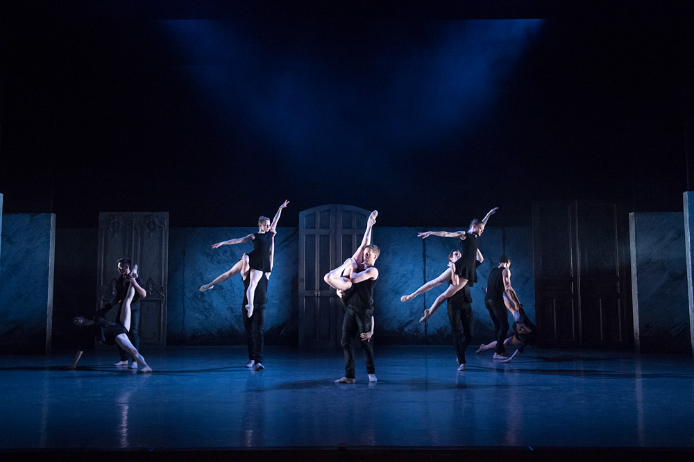 Birmingham Royal Ballet in Kin.© Bill Cooper. (Click image for larger version)