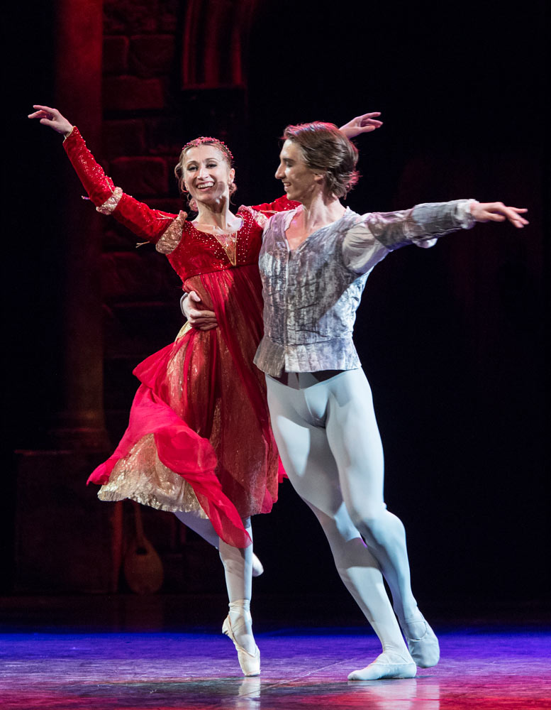 Daria Klimentová and Vadim Muntagirov in Romeo and Juliet.© Foteini Christofilopoulou. (Click image for larger version)