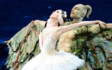 Hee Seo and Roman Zhurbin in Swan Lake.© Gene Schiavone. (Click image for larger version)