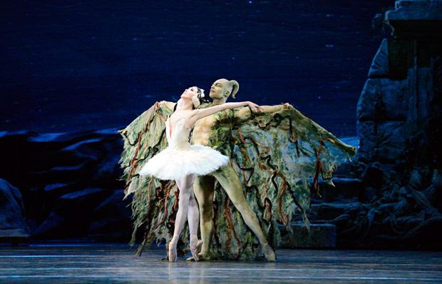Hee Seo and Roman Zhurbin in <I>Swan Lake</I>.<br />© Gene Schiavone. (Click image for larger version)