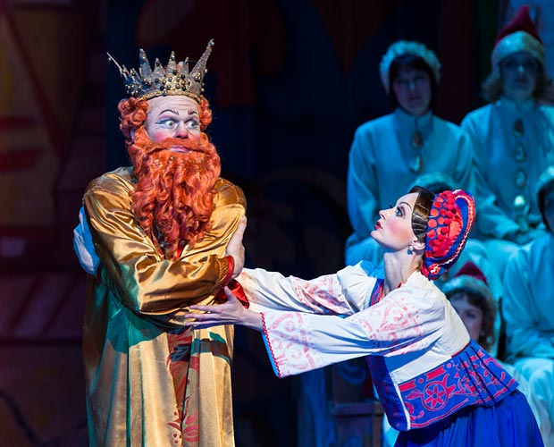 Oleg Fomin (Dodon) and Yulia Selivanova (Amelfa) in <I>Le Coq d'Or</I>.<br />© Foteini Christofilopoulou. (Click image for larger version)