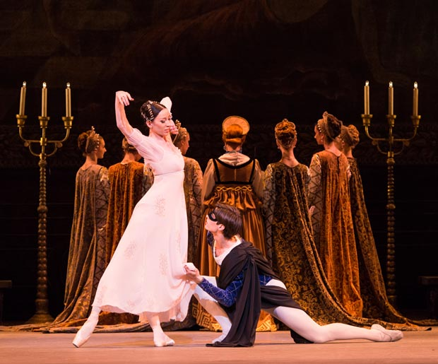 Viktoria Tereshkina and Xander Parish in <I>Romeo and Juliet</I>.<br />© Foteini Christofilopoulou. (Click image for larger version)