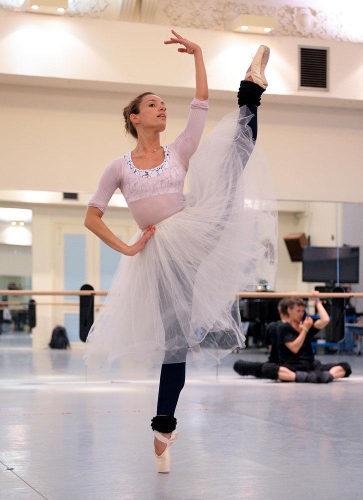 Fernanda Oliveira rehearsing <I>Coppelia</I>.<br />© Laurent Liotardo, courtesy ENB. (Click image for larger version)