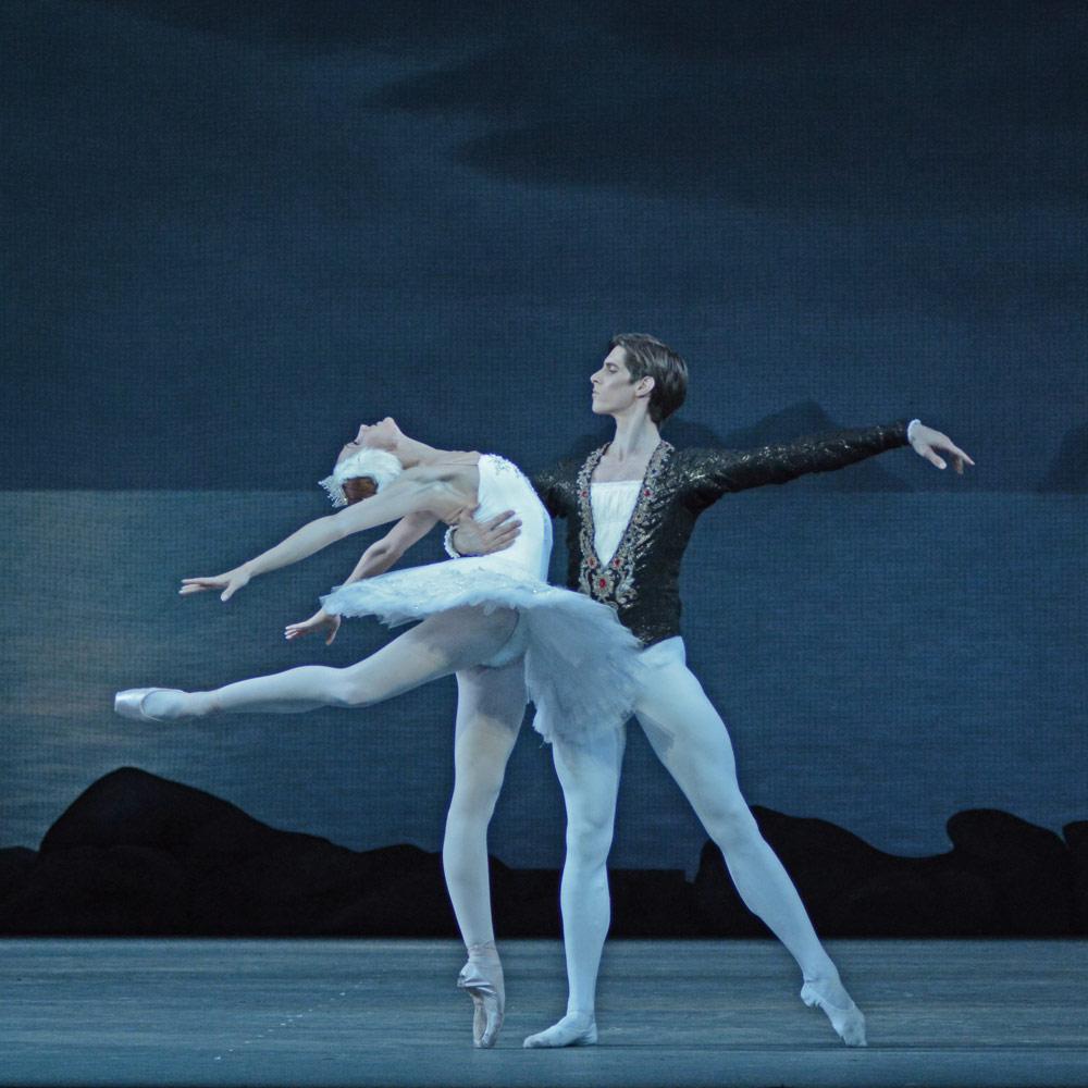 Yulia Stepanova and Xander Parish in Swan Lake.© Dave Morgan. (Click image for larger version)