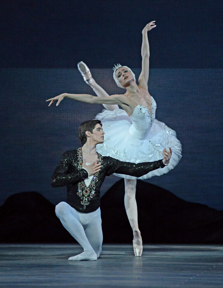 Yulia Stepanova and Xander Parish in <I>Swan Lake</I>.<br />© Dave Morgan. (Click image for larger version)