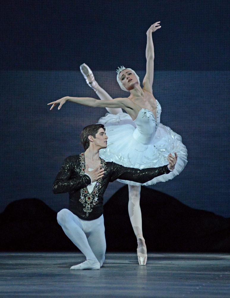 Yulia Stepanova and Xander Parish in <I>Swan Lake</I>.<br />© Dave Morgan. (Click image for larger version)