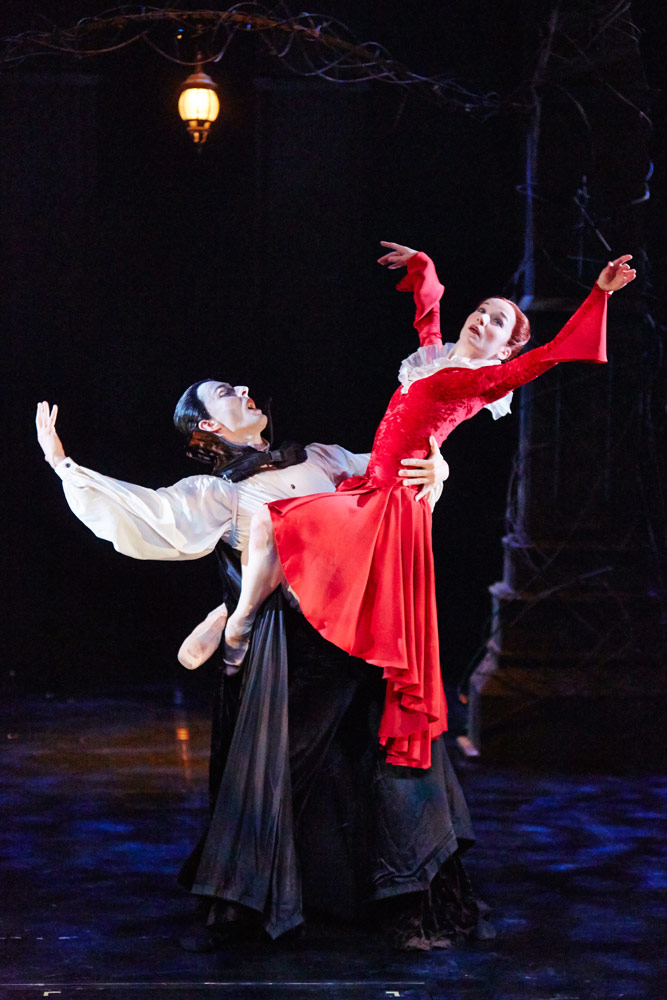 Tobias Batley as Dracula and Pippa Moore as Lucy in <I>Dracula</I>.<br />© Justin Slee. (Click image for larger version)