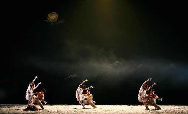 Beijing Dance Theater in <i>Wild Grass</i>.<br />© Han Jiang. (Click image for larger version)