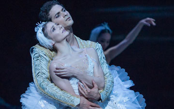 Alina Cojocaru and Alejandro Virelles in Swan Lake.© ASH. (Click image for larger version)