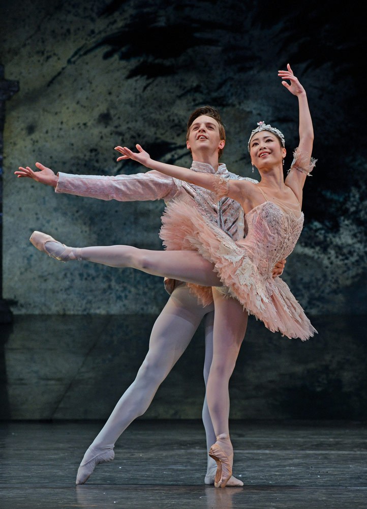 Momoko Hirata and Joseph Caley as Sugar Plum Fairy and Prince in <I>The Nutcracker</I>.<br />© Dave Morgan. (Click image for larger version)
