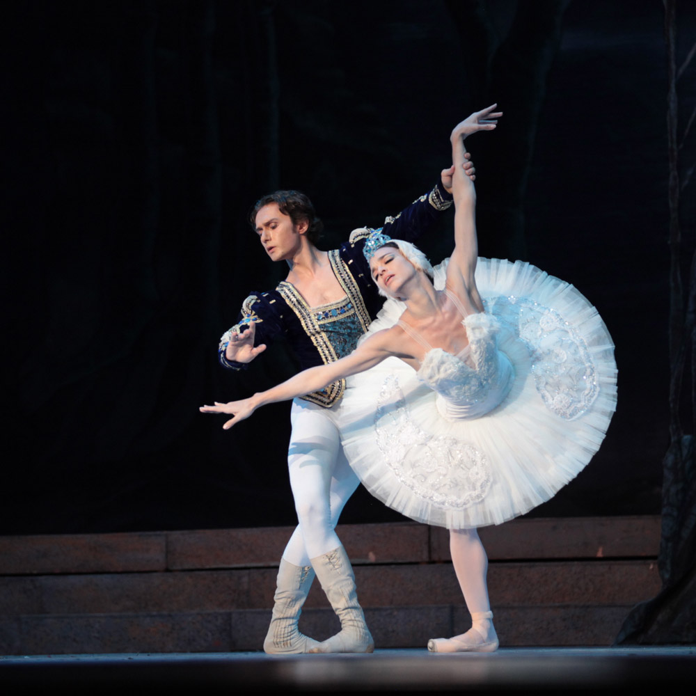Viengsay Valdés and Ivan Putrov in Swan Lake.© Nancy Reyes. (Click image for larger version)
