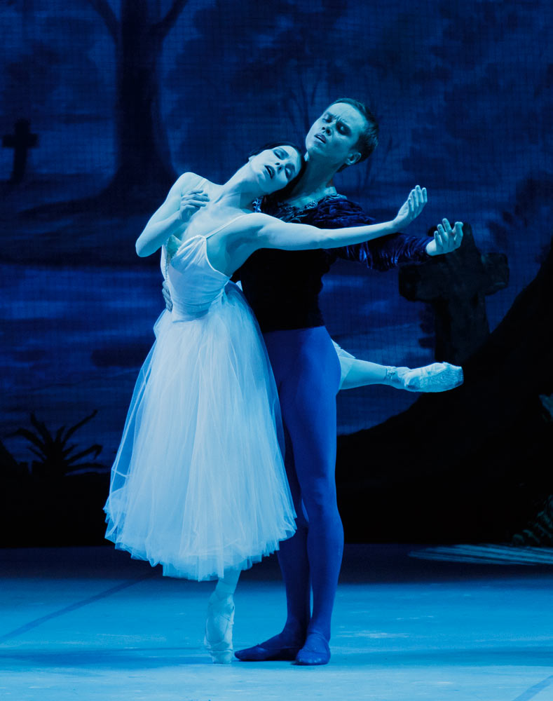 Natalia Osipova and Leonid Sarafanov in <I>Giselle</I>.<br />© Paul Kolnik. (Click image for larger version)