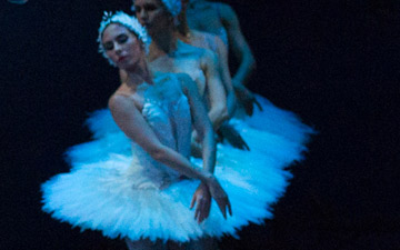Ashley Ellis and Eris Nezha in Swan Lake.© Rosalie O'Connor. (Click image for larger version)