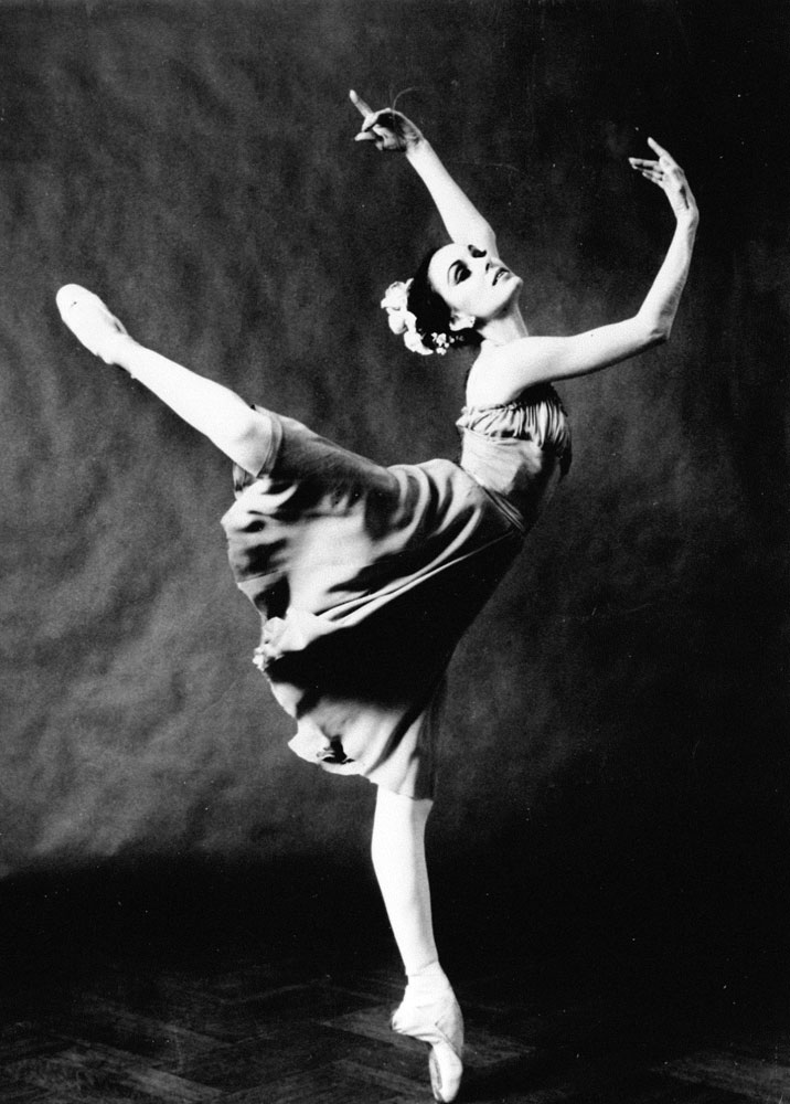 Patricia McBride in George Balanchine's <I>Tchaikovsky Pas de Deux</I>.<br />© Balanchine Trust, courtesy Charlotte Ballet. (Click image for larger version)