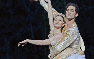 Alina Cojocaru and Alejandro Virelles in Nutcracker.© Dave Morgan. (Click image for larger version)