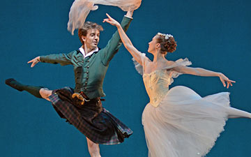 Ulrik Birkkjaer and Gudrun Bojesen in La Sylphide.© Dave Morgan. (Click image for larger version)