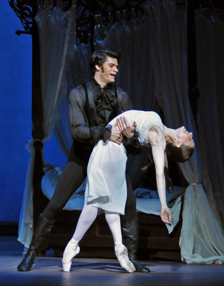 Thiago Soares and Marianela Nunez in <I>Onegin</I>.<br />© Dave Morgan, courtesy the Royal Opera House. (Click image for larger version)