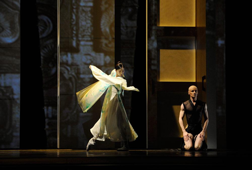 Yuan Yuan Tan and Pascal Molat in Possokhov's <I>RAkU</I>.<br />© Erik Tomasson. (Click image for larger version)