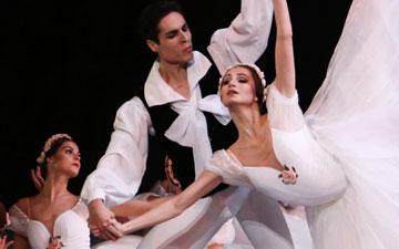 Oxana Skorik and Timur Askerov in Michel Fokine's Chopiniana.© Julieta Cervantes. (Click image for larger version)