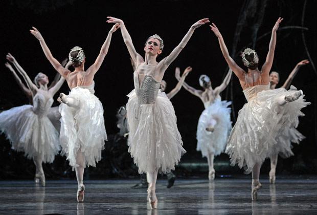 Royal Ballet Swans (in front, Anna Rose O'Sullivan) in <I>Swan Lake</I>.<br />© Dave Morgan, courtesy the Royal Opera House. (Click image for larger version)