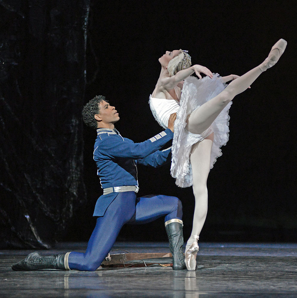 Sarah Lamb and Carlos Acosta in <I>Swan Lake</I>.<br />© Dave Morgan, courtesy the Royal Opera House. (Click image for larger version)