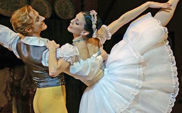 Natalia Osipova and Steven McRae in La Fille mal gardée.© Dave Morgan, courtesy the Royal Opera House. (Click image for larger version)