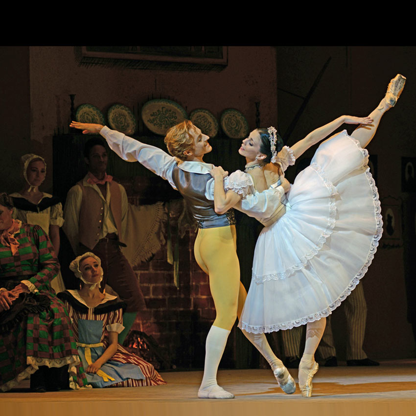 Natalia Osipova and Steven McRae in <I>La Fille mal gardée</I>.<br />© Dave Morgan, courtesy the Royal Opera House. (Click image for larger version)