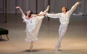 Bianca Fota and Dawid Trzensimiech in Ashton's Marguerite and Armand.© Cristian Lazarescu. (Click image for larger version)