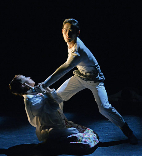 Anjuli Hudson and Ken Saruhashi in Fabian Reimar's <I>traumA</I>.<br />© Dave Morgan. (Click image for larger version)