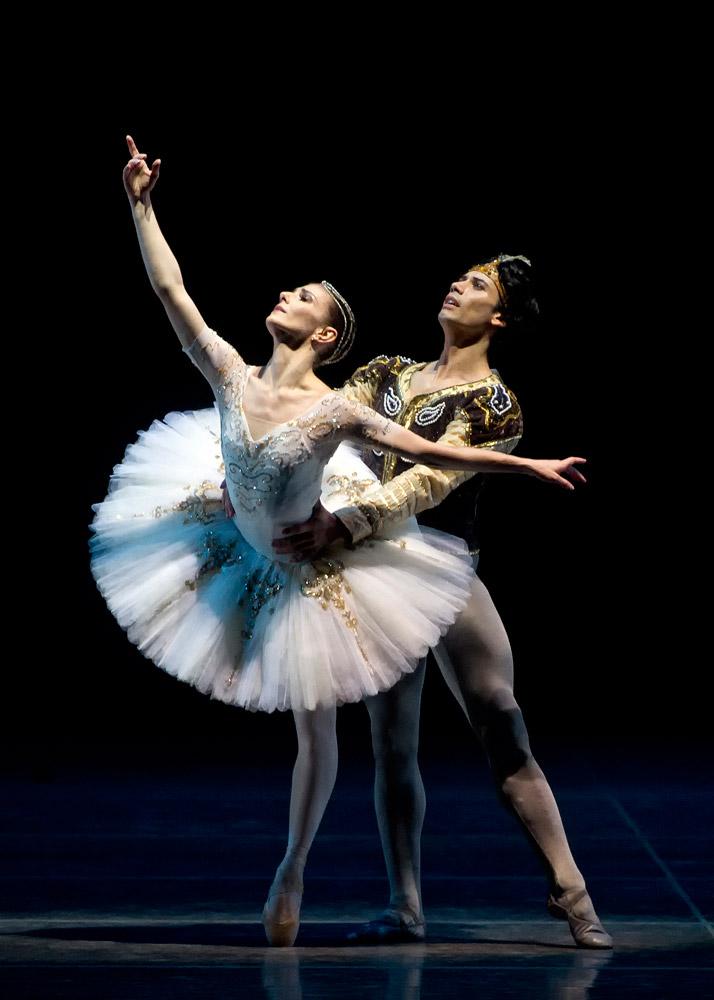 Alina Cojocaru and Herman Cornejo in <I>La Bayadère</I>.<br />© Gene Schiavone. (Click image for larger version)