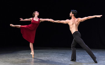 Abigail Mattox and Gyrogy Baan in Daniela Cardim Fonteyne's Tangents.© Foteini Christofilopoulou. (Click image for larger version)