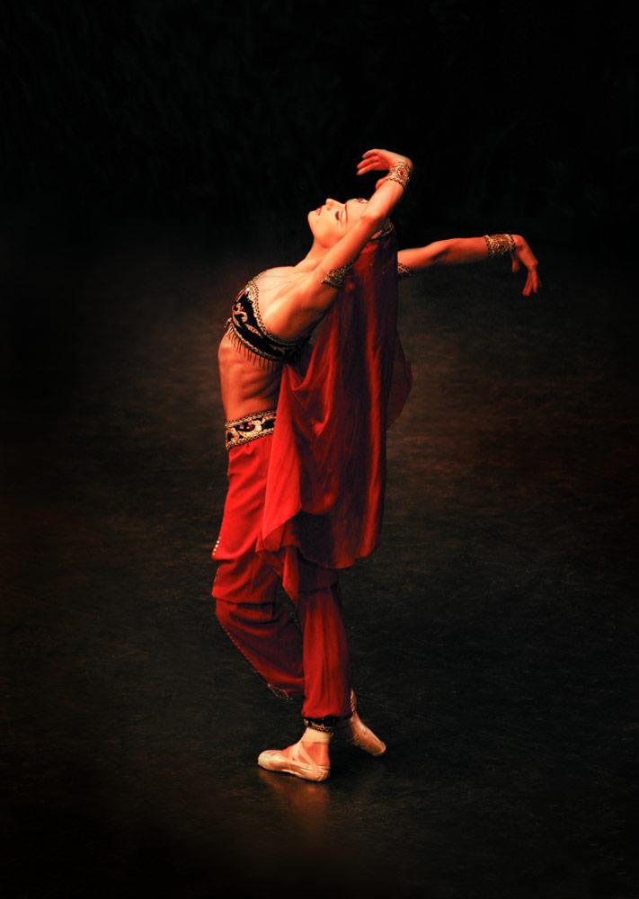 Irina Kolesnikova in <I>La Bayadere</I>.<br />© Konstanin Tachkin. (Click image for larger version)