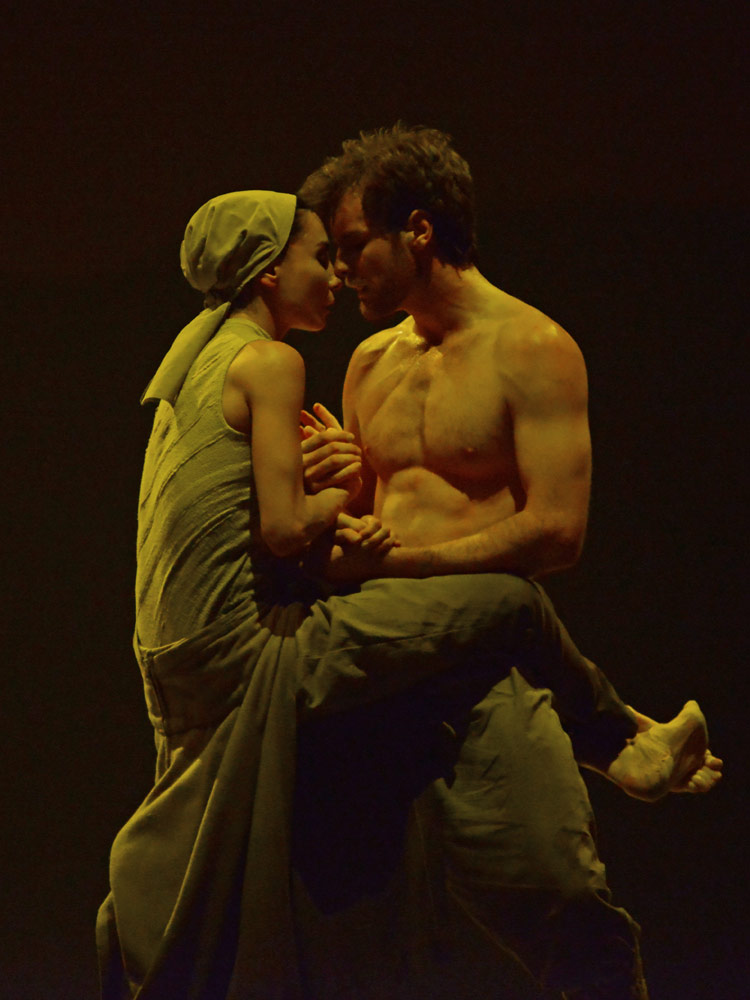 Tamara Rojo and James Streeter in Akram Khan's <I>Dust</I>.<br />© Dave Morgan. (Click image for larger version)