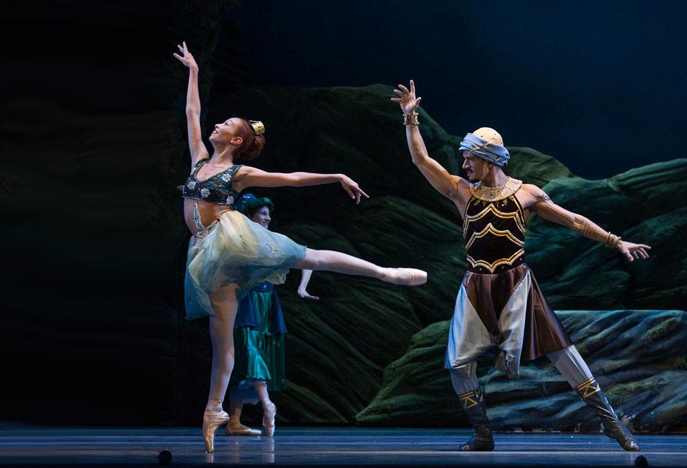 Macarena Giménez and Dalmiro Astesiano in Ashton's <I>Sylvia</I>.<br />© Máximo Parpagnoli, Teatro Colon. (Click image for larger version)