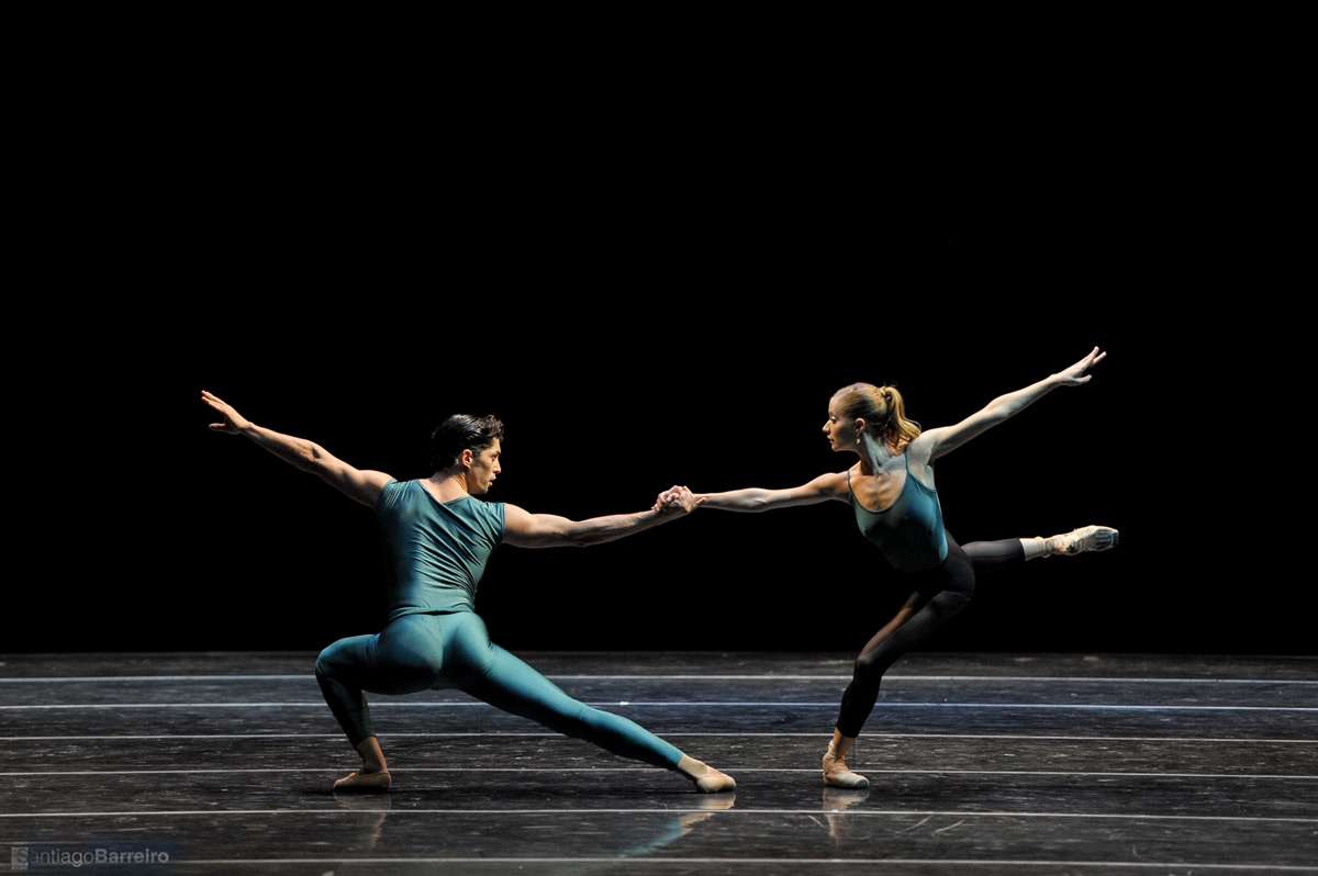 Ballet Nacional SODRE in Forsythe's <I>In the Middle Somewhat Elevated</I>.<br />© Santiago Barreiro. (Click image for larger version)