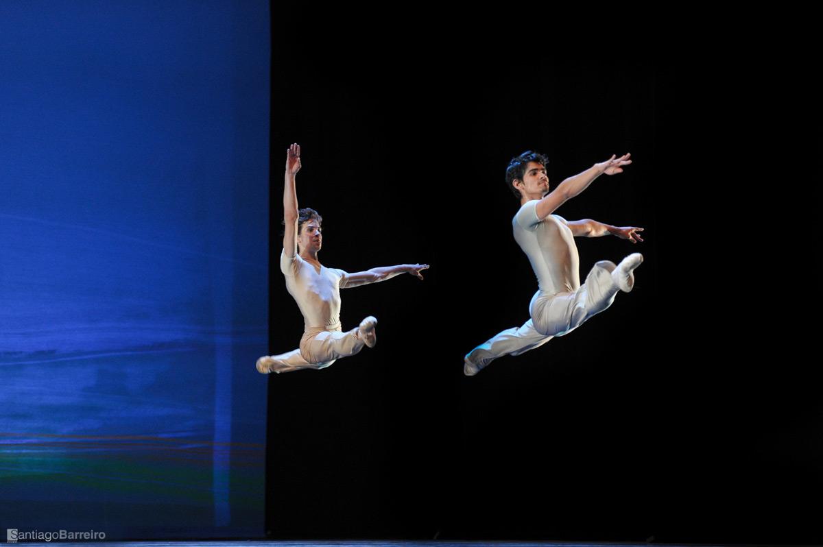 Ballet Nacional SODRE in Jiri Kylian's <I>Sinfonietta</I>.<br />© Santiago Barreiro. (Click image for larger version)