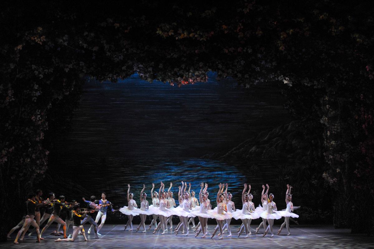 Ballet Nacional SODRE in <I>Swan Lake</I>.<br />© Santiago Barreiro. (Click image for larger version)