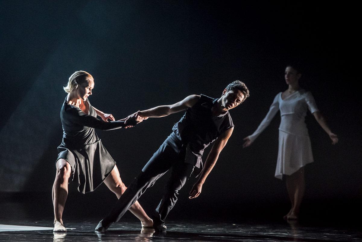 Dane Hurst and Simone Damburg Würtz in Didy Veldman's <I>The 3 Dancers</I>.<br />© Stephen Wright. (Click image for larger version)