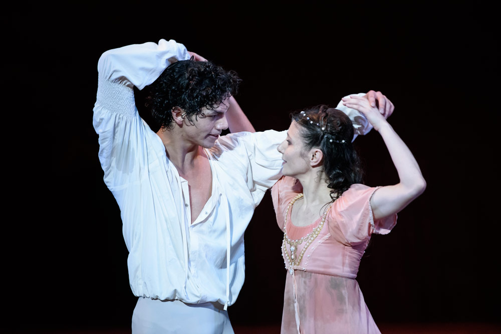 Alina Cojocaru and Isaac Hernandez in Romeo and Juliet.© Bill Cooper. (Click image for larger version)