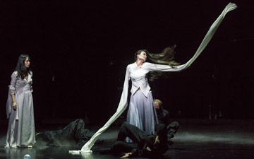 Yabin Wang in Genesis.© Foteini Christofilopoulou. (Click image for larger version)