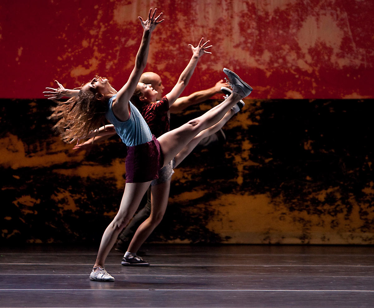 Rachelle Rafailedes and L.A. Dance Project in Murder Ballades.© Rose Eichenbaum. (Click image for larger version)
