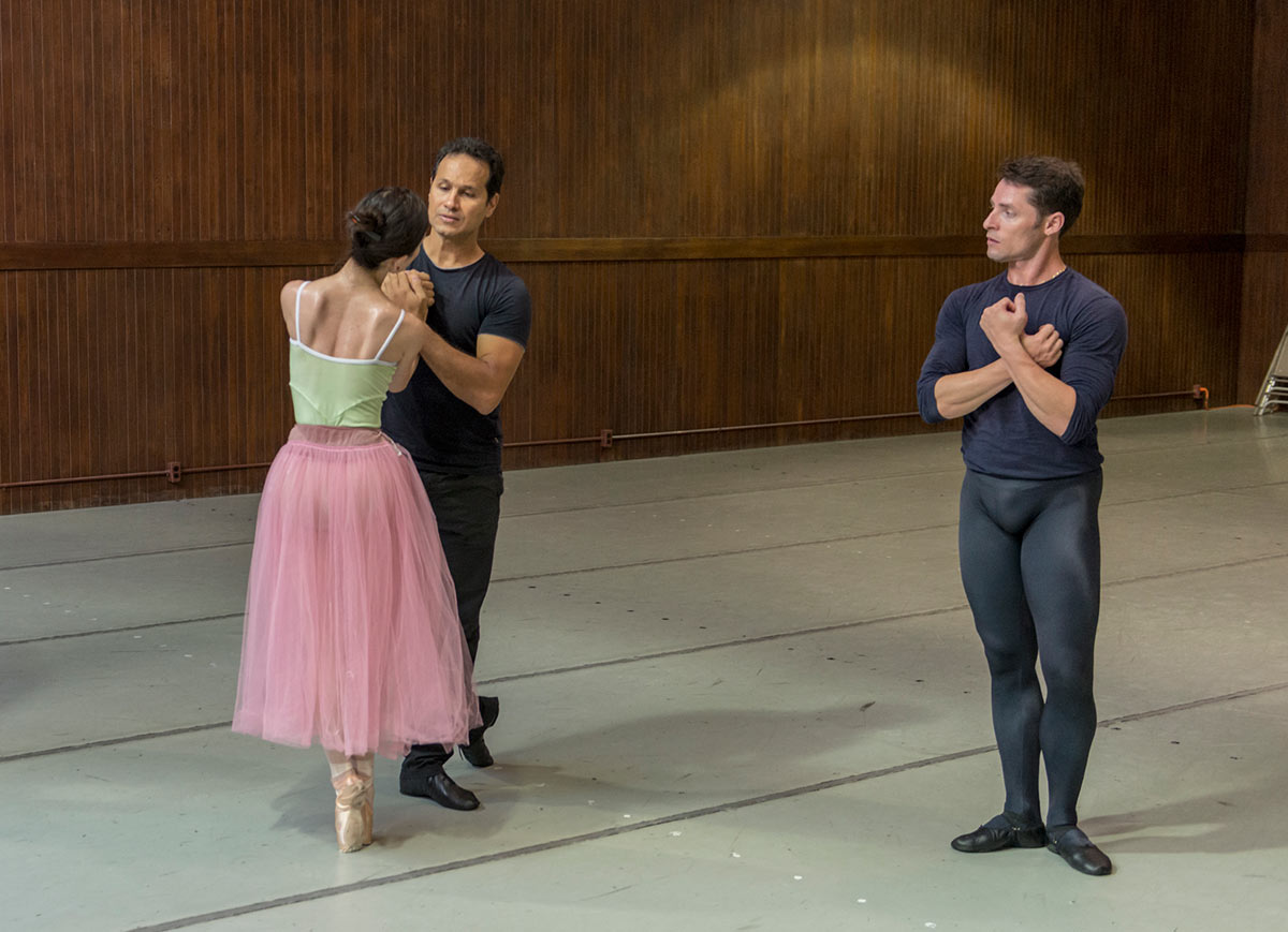 Junna Ige, José Manuel Carreño and Maykel Solas of Silicon Valley Ballet rehearse Alicia Alonso's <I>Giselle</I>.<br />© Alejandro Gomez. (Click image for larger version)