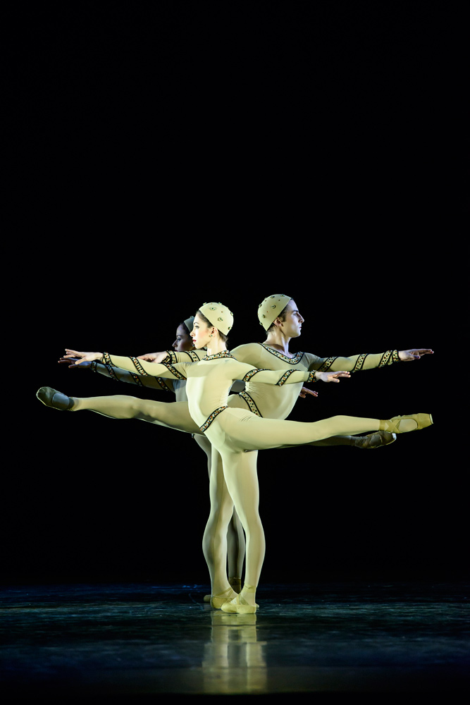 Yasmine Naghdi, Tristan Dyer and Emma Maguire in <I>Monotones I</I>.<br />© Bill Cooper, ROH, 2015. (Click image for larger version)