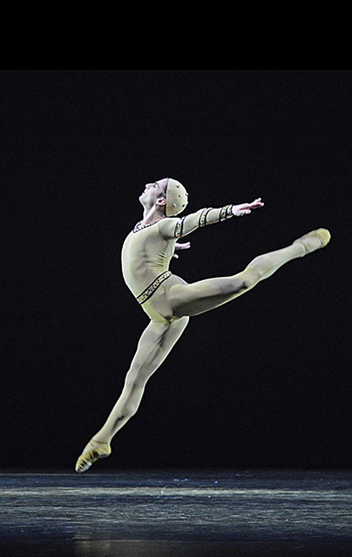Tristan Dyer in <I>Monotones I</I>.<br />© Dave Morgan, courtesy the Royal Opera House. (Click image for larger version)