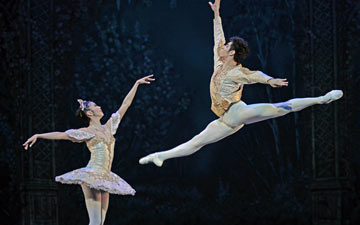 Shiori Kase and Cesar Corrales in The Nutcracker.© Dave Morgan. (Click image for larger version)