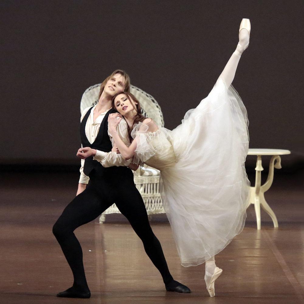 Svetlana Zakharova and Edvin Revazov in <I>Lady of the Camellias</I>.<br />© Damir Yusupov. (Click image for larger version)