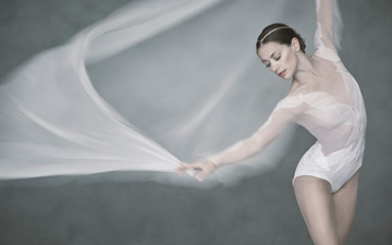 Sophie Martin for David Dawson's new Swan Lake for Scottish Ballet.© David Eustace. (Click image for larger version)