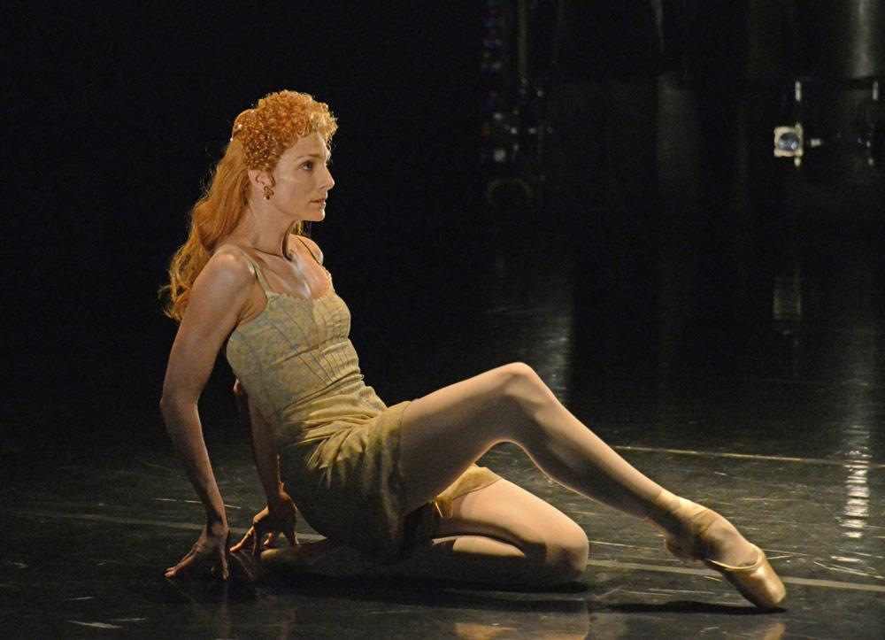 Zenaida Yanowsky in Will Tuckett's Elizabeth.© Dave Morgan, courtesy the Royal Opera House. (Click image for larger version)