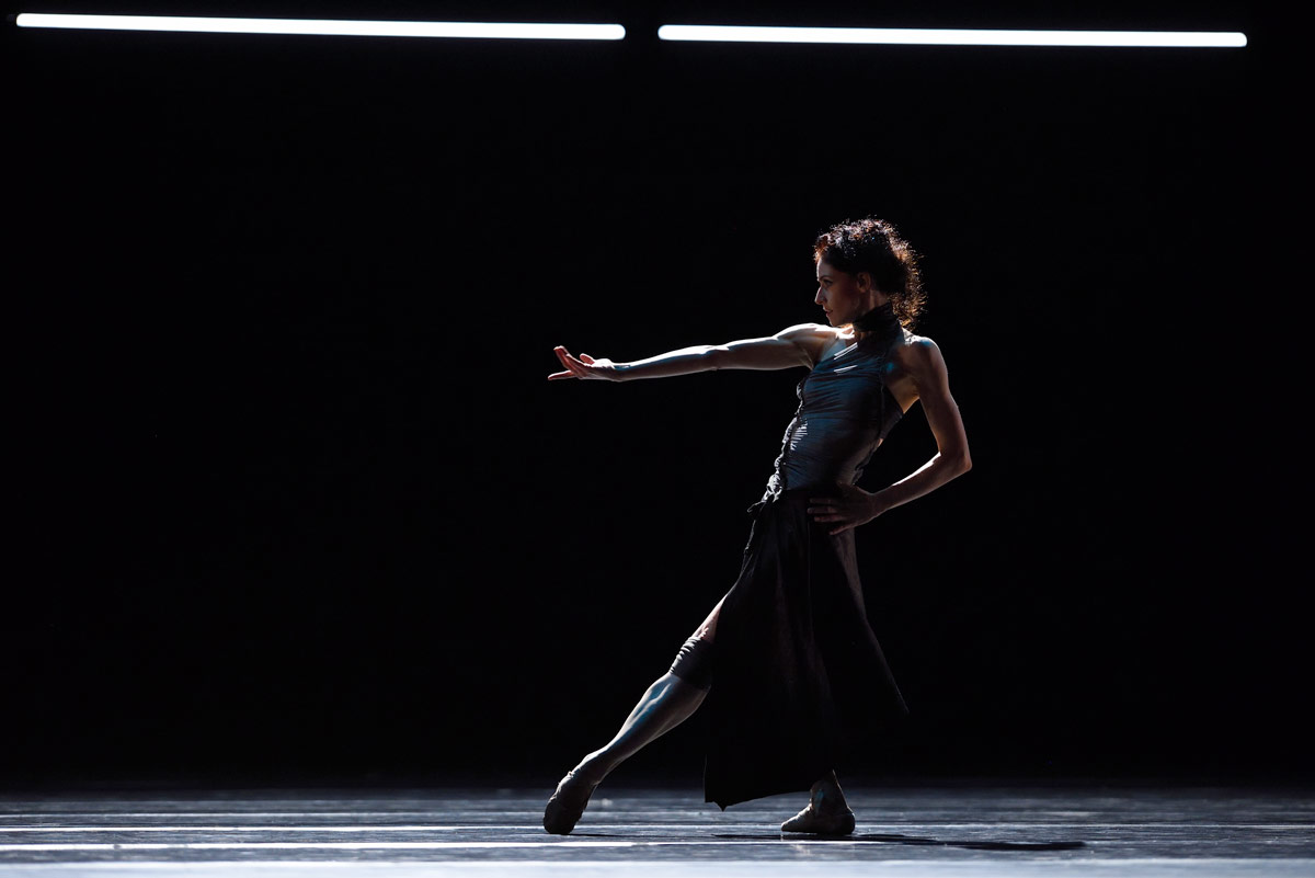 Sofiane Sylve in Scarlett's Fearful Symmetries.© Erik Tomasson. (Click image for larger version)